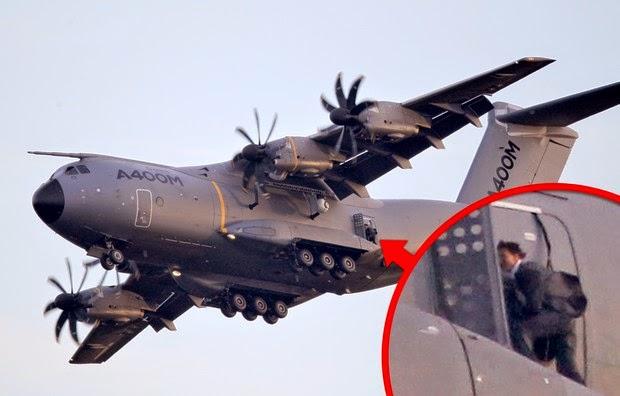 Dublê para que? Tom Cruise filma cena do lado de fora de avião