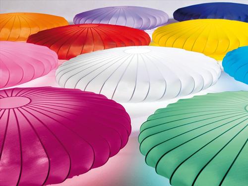 Con una forma de lo más interesante y unos colores muy intensos, parece atraer y reflejar creatividad por todos sus costados.