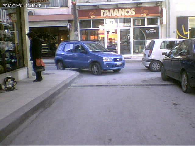 Παρκαρισμένα στη μέση του δρόμου
