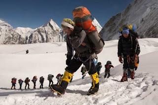 La ayuda de los Sherpas resulta fundamental en las expediciones