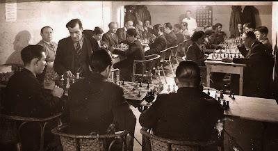 Josep Devesa Zaragoza en unas simultáneas de ajedrez en el Horta Alfil Club en 1946