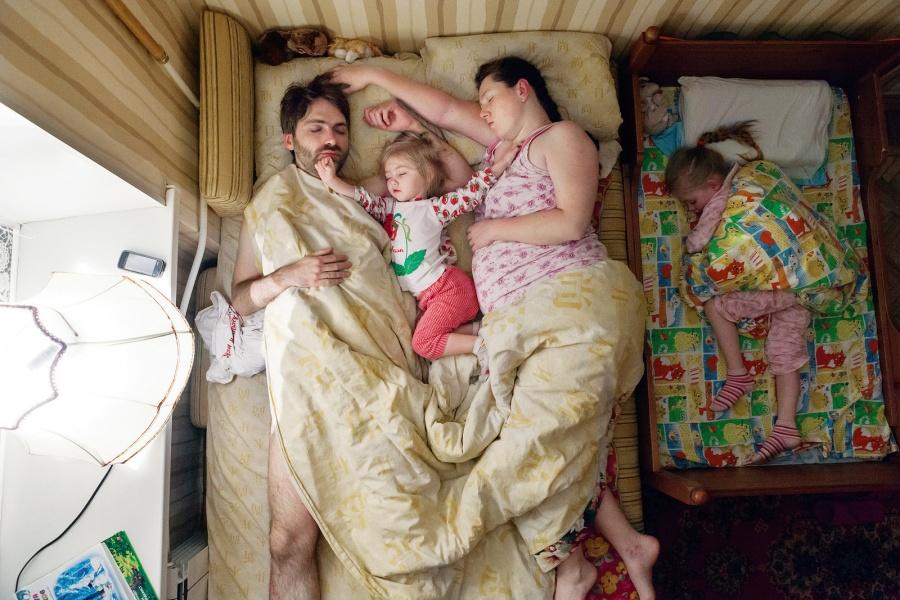 Fotógrafa Jana Romanova registra a intimidade de casais grávidos durante o seu sono