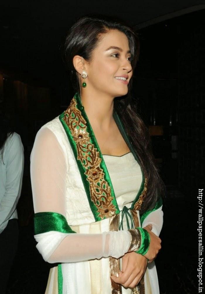 surveen chawla in salwar kurta