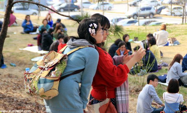 Chicas coreanas sacándose una foto selka