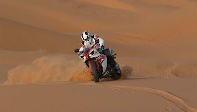 Yamaha YZF-R1 nas dunas de areia