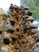 Detall de la tècnica de construcció de les torres de la muralla: dos murs fets de carreus i replets de pedruscall i terra
