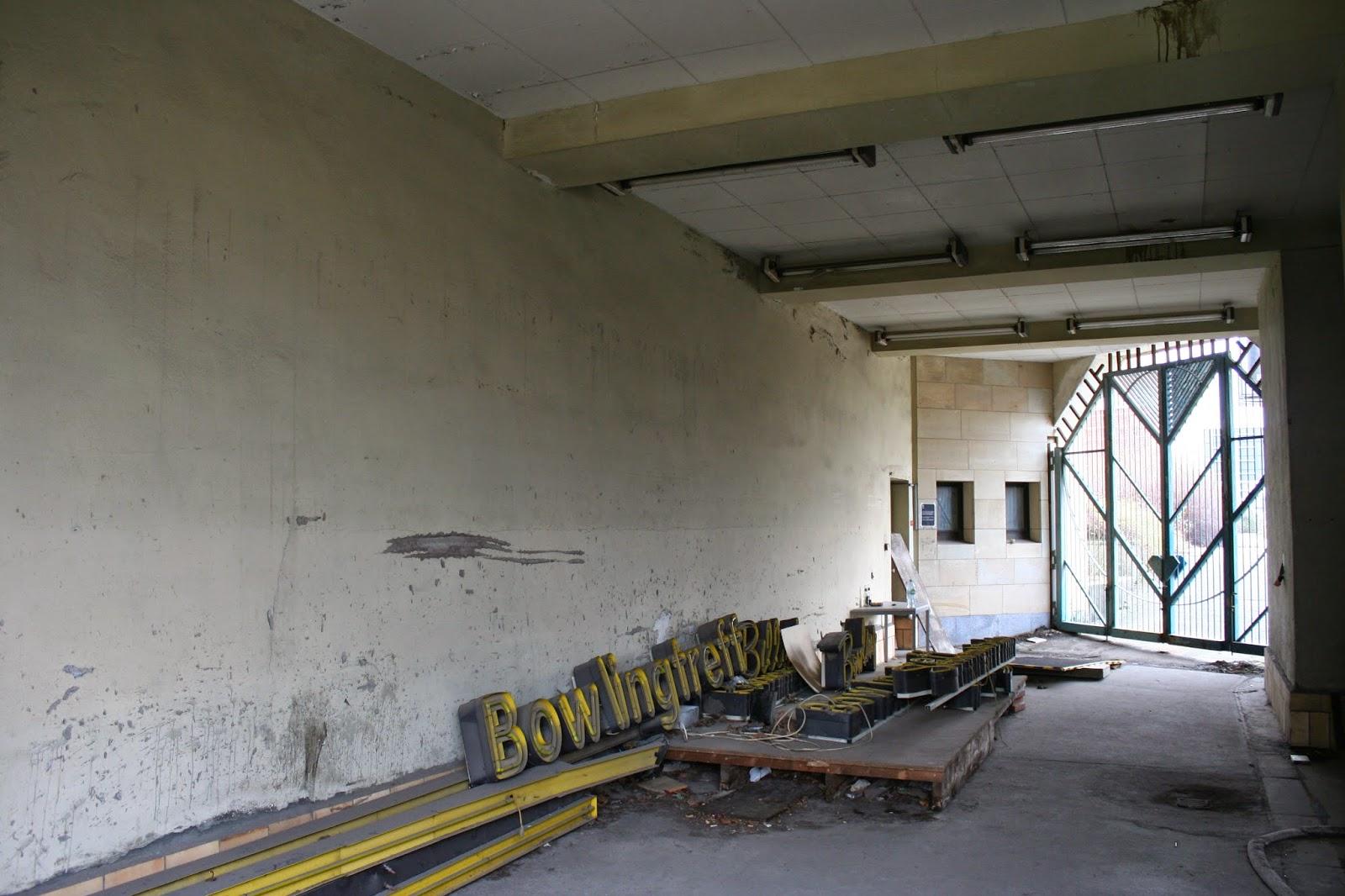 """Hier noch die alten Schilder mit der Aufschrift """"Bowlingtreff"""" eingeschlossen in einem Nebenraum - auch eine Nutzung als Naturkundemuseum wurde in Betracht gezogen"""