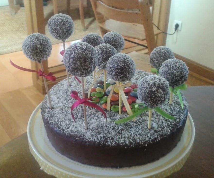 Tarta de chocolate con cakepops y coco para cuento Chocalate con trocitos de Aguacate