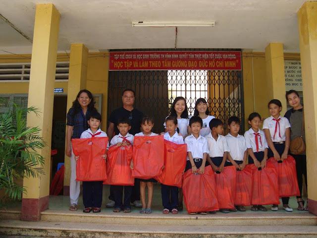 Trao tặng quà cho học sinh nghèo