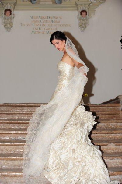 Vestido novia volantes mantilla