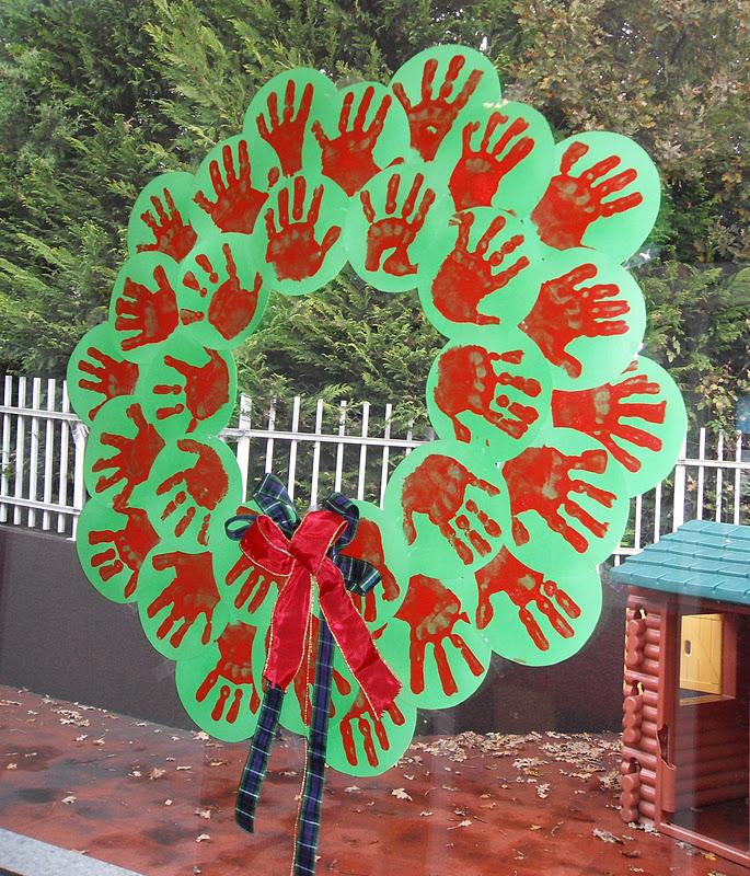 Grinalda com mãos carimbadas em círculos de cartolina SDC15881