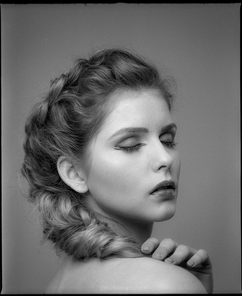 portret kobiety, jacek taran, fotografia portretowa, studio fotografii, krakow, fotograf krakow, fotografia analogowa, fotografia artystyczna, ilford, mamiya,;