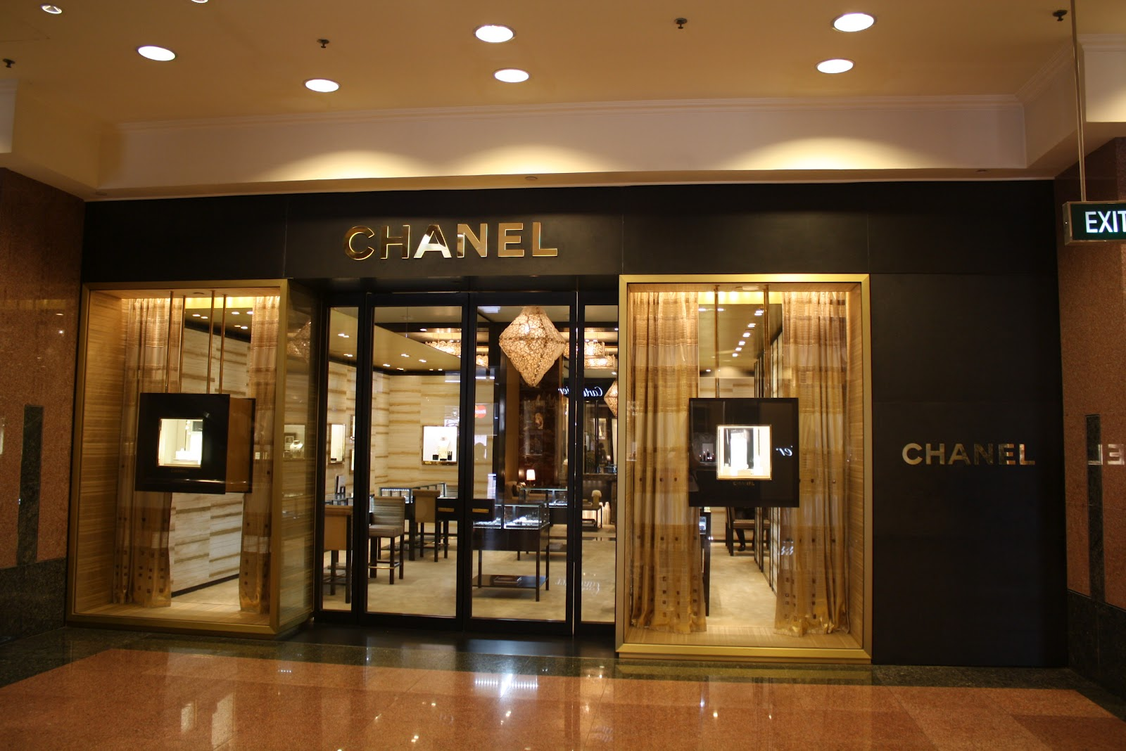 Displayhunter chanel watches fine jewelry what women want for Jewelry store window displays