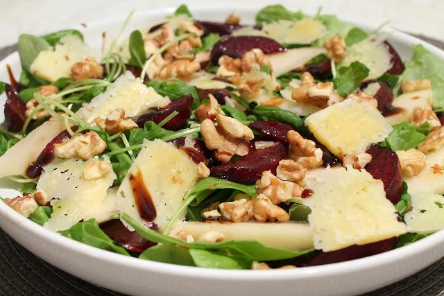 punajuuri-päärynä salaatti