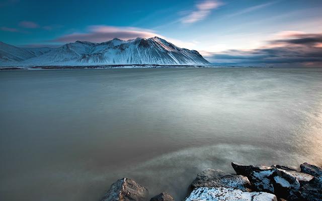 Montañas y Nieve a la Orilla del Mar de Islandia