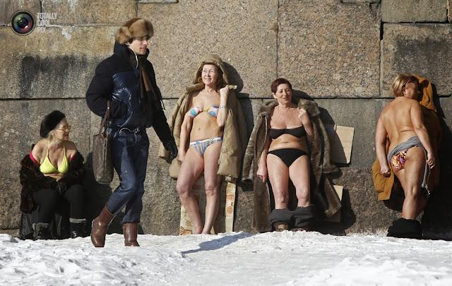 Женщины загорают у стены Петропавловской крепости в Санкт-Петербурге, Россия. (Alexander Demianchuk/REUTERS)