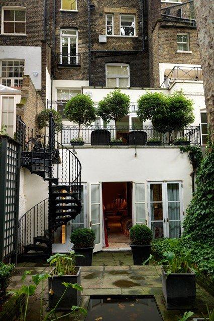 Khu vườn hai tầng ở London (Anh) sử dụng đồ sắt trang trí với thiết kế vô cùng đơn giản