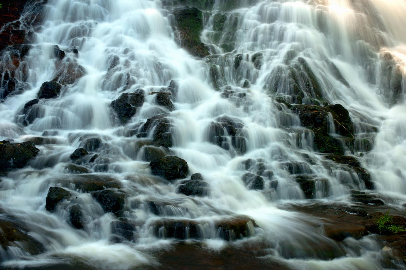 http://3.bp.blogspot.com/-Ymt2YJbDfos/Th5oqsQqrnI/AAAAAAAAAMc/bqfZaxws4dg/s1600/Secluded+Falls%252C+Kauai%252C+Hawaii.jpg