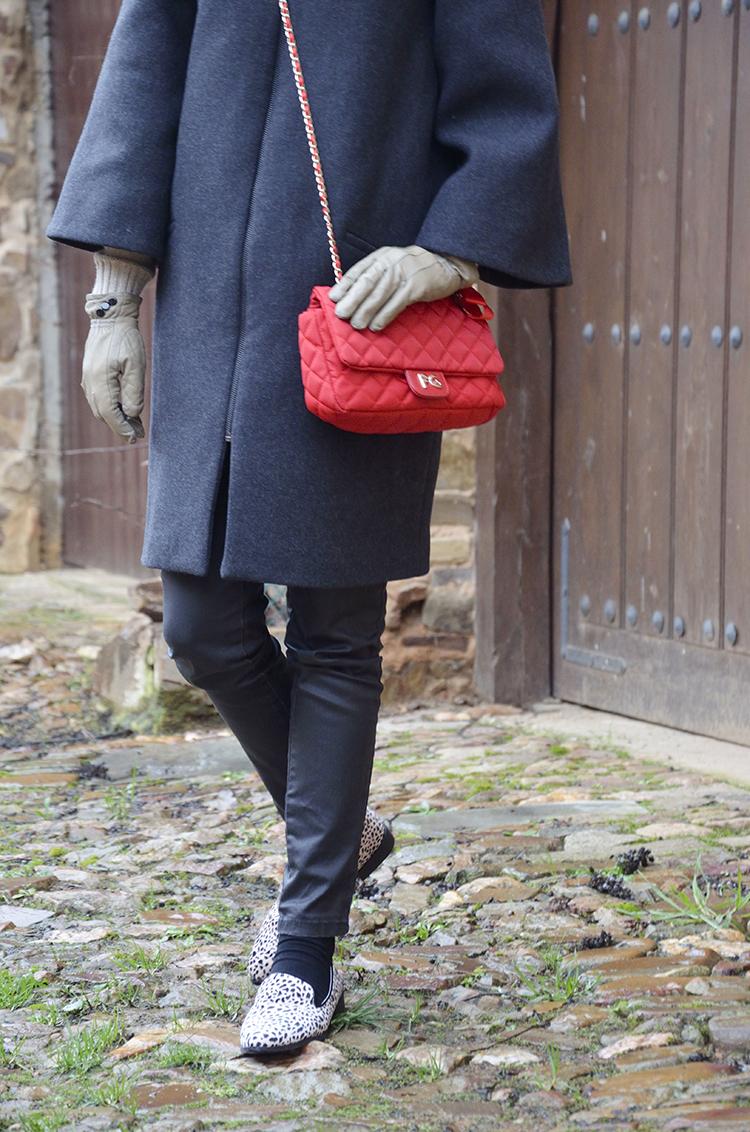 look-abrigo-capa-outfit-bolso-rojo-blogger-fashion-trends-gallery