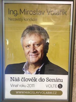 Plakát Nezávislých v Břeclavi postavený na osobě