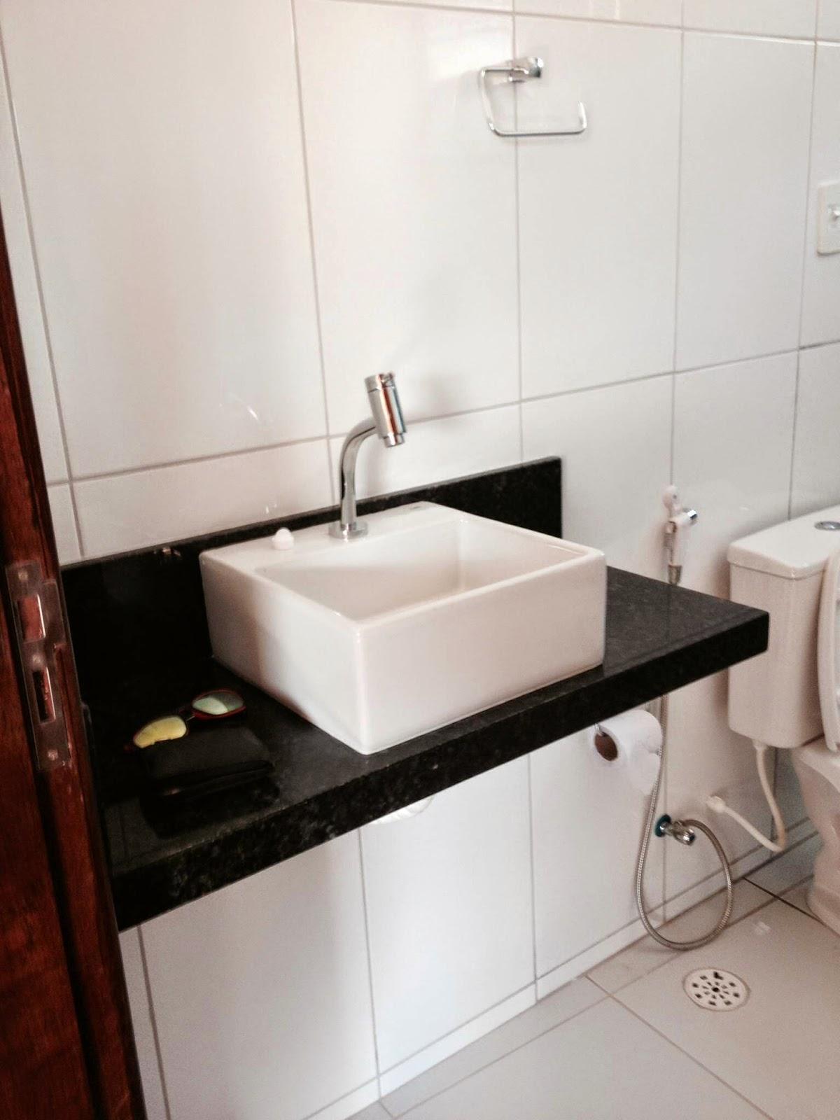 Esse é o banheiro social não deu pra fazer uma bancada muito larga  #20120C 1200x1600 Banheiro Com Granito Vermelho