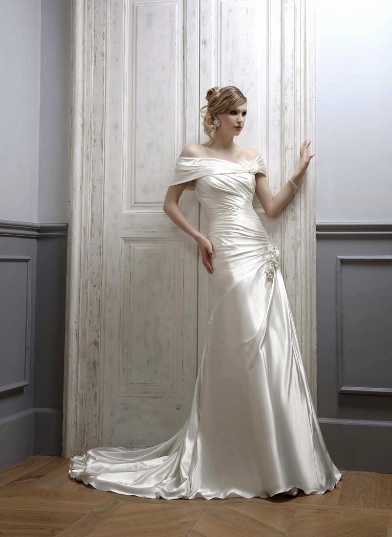 Brautkleid schlicht fliessend. Brautkleid ohne Stickerei. Ohne Verziehrung.