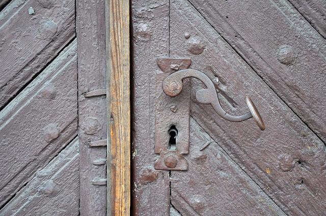 Końskie, dom przy ul. Zamkowej 20. Zamek do drzwi wejściowych pamięta z pewnością czasy XIX wieku. Fot. KW.