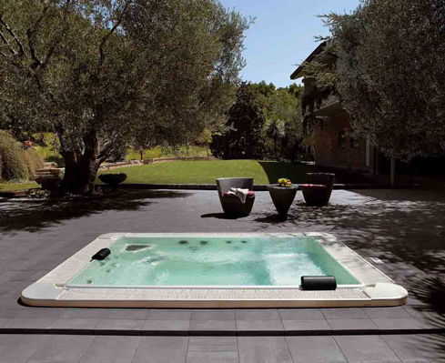 la piscina in giardino. Black Bedroom Furniture Sets. Home Design Ideas