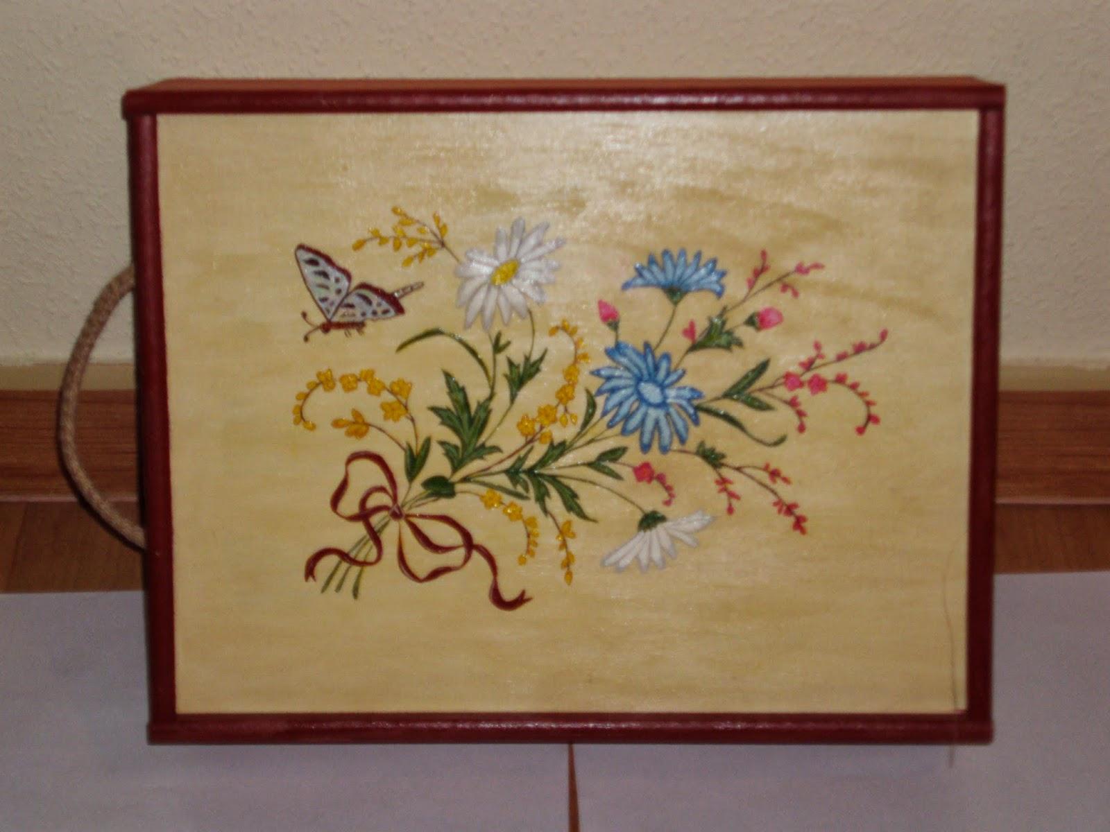 hecho un dibujo con pintura para madera en este caso lo hemos utilizado como costurero ya que en el interior le adaptamos varios apartados para guardar