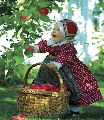 belle paysanne qui récolte sa pommier tout en souriant