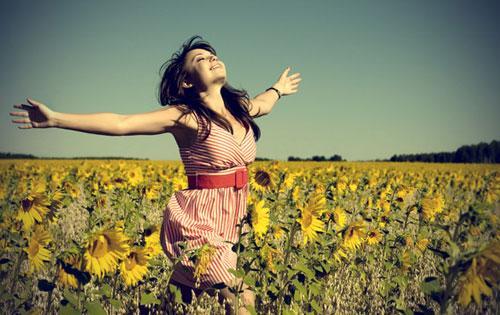 كيف تحب المرأة نفسها دون ان تكون انانية - الثقة بالنفس - امرأة بنت فتاة سعيدة - self confidence - esteem