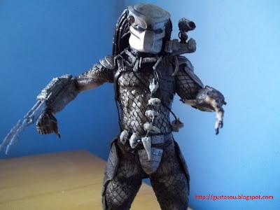 Visão frontal do Predador com lâmina estendida.