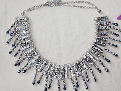 Collar-gargantilla elaborada con cristales irisados negros y violetas y abalorios plateados
