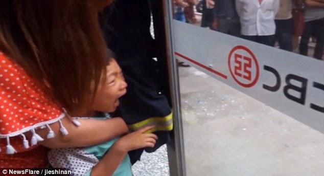 Menino de 5 anos fica com dedo preso em porta de vidro