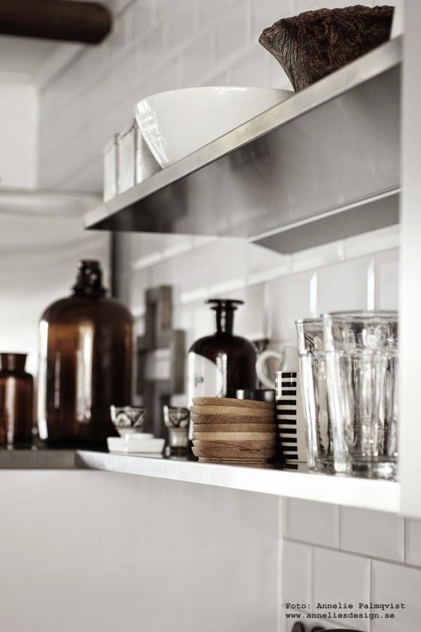 öppna hyllor i köket, rostfria hyllor, rostfritt, rostfri, vitt kakel, vita små kakelplattor vid diskbänken, glas, inredning, inredningsblogg, blogg, bloggar,