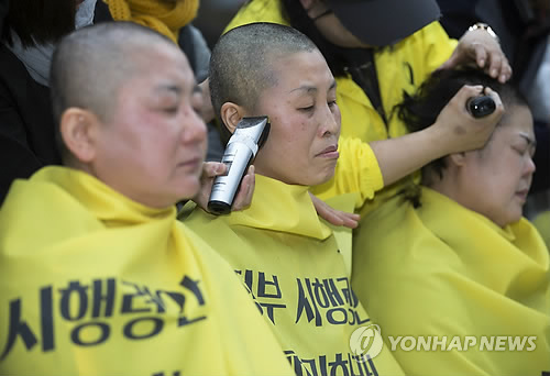 Mujeres afeitándose la cabeza en protesta al Gobierno surcoreano por el ferri Sewol