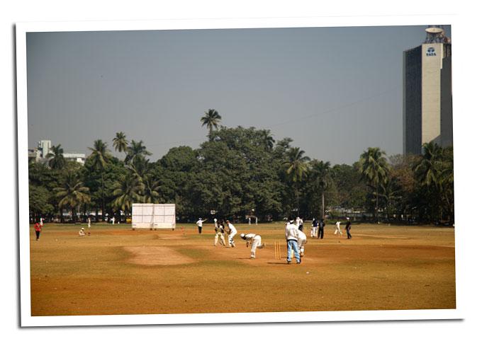 jugando al criket en el parque de Bombay