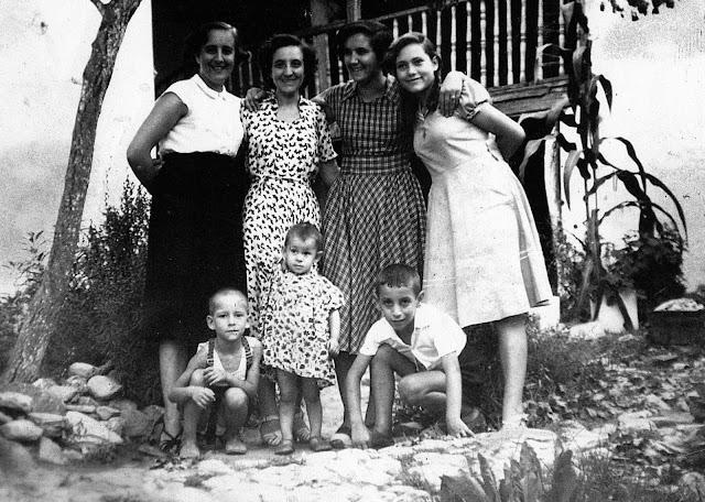 Παρέα Εδεσσαίων σε αυλή παλιού σπιτού στην Έδεσσα αρχές της δεκαετίας του 50