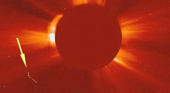 Satélite de la NASA captura OVNI gigante surfeando cerca del Sol - 2012