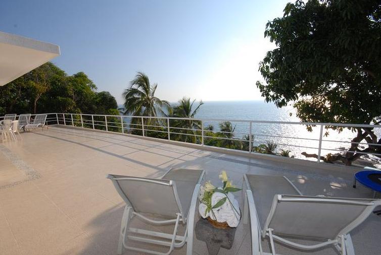 Terrazas para adultos mayores con vista al mar.