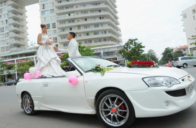 Cần thuê xe cưới mui trần tại Hà Nội