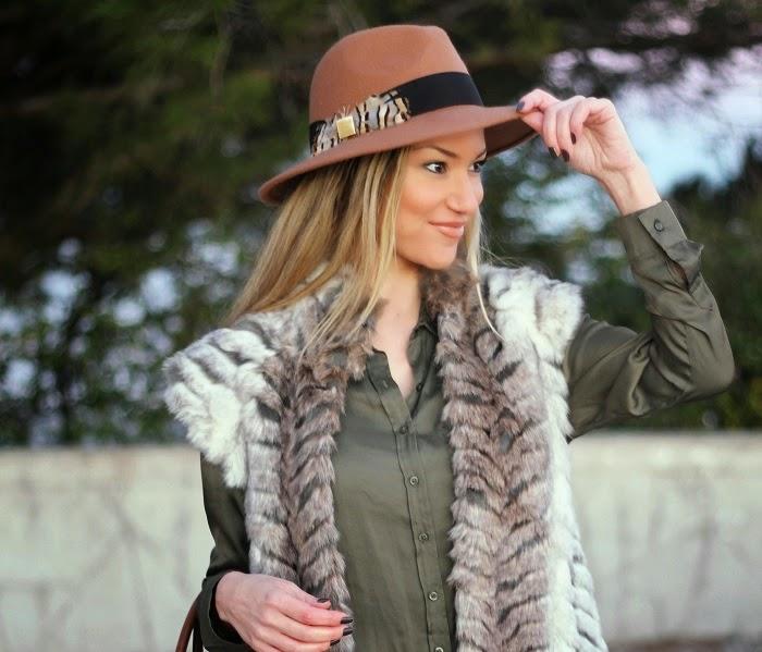 Os coletes de pêlo e os chapéus são peças statement, ou seja, fazem uma afirmação de estilo. Adoro criar Looks com estes itens. Dicas de Moda e Imagem no Blog de Moda Style Statement. Look do dia/Outfit trendy. Tendências Outono/Inverno. Camel, verde cáqui. Elenco. Gucci. Blog de moda portugal, blogues de moda portugueses. Fur vest, khaki shirt.