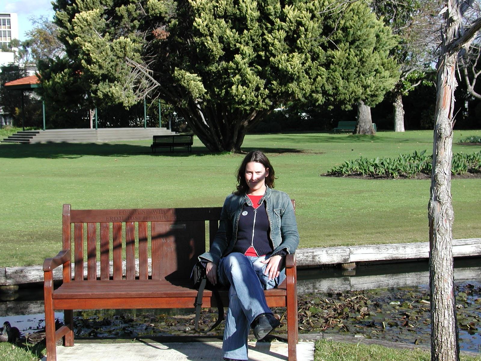 http://3.bp.blogspot.com/-YtHsecrhXgM/UIQCexXaThI/AAAAAAAADFY/sVROSYbTz1g/s1600/Queen+Garden+bench.JPG