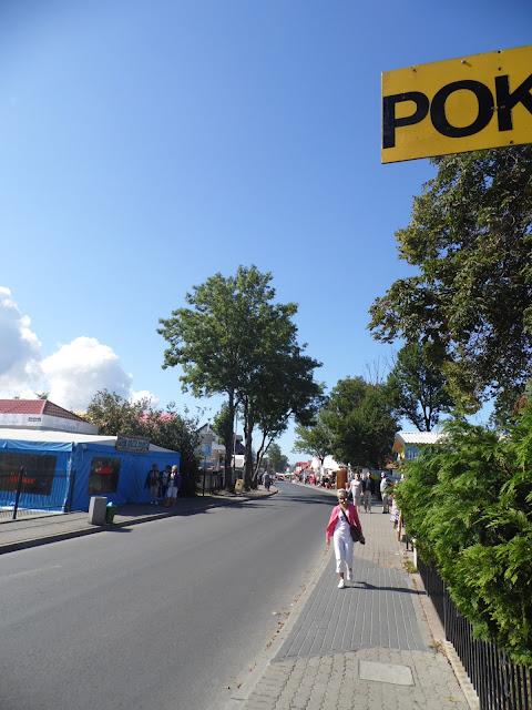 Stragany i pawilony w centrum Sarbinowa Morskiego koło Mielna, typowy widok w miejscowościach nad polskim morzem