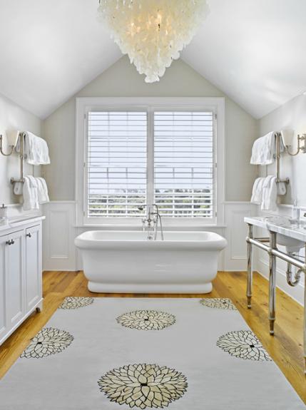 White glam uma casa de banho para relaxar a for Master bathroom vaulted ceiling