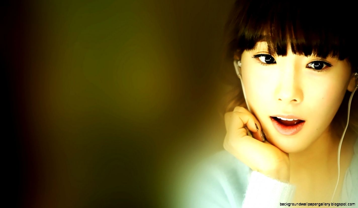 Cute Girls Generation Taeyeon With Earphone Wallpaper