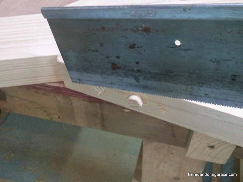 Cortando trozos de espigas de madera que sobresalen. Enredandonogaraxe.com