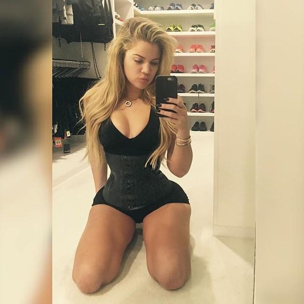 Khloe Kardashian belt digunakan untuk mengesankan dan pinggang kecil