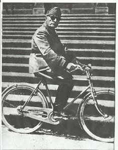 Mussolini in bicicletta nei giardini della villa di Gargnano