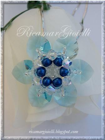 ciondolo a fiore realizzato con cuori swarovski, bicono swarovski, perle e rocailles